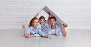 Concetto che alloggia giovane famiglia Padre e bambino della madre nella nuova h Fotografia Stock