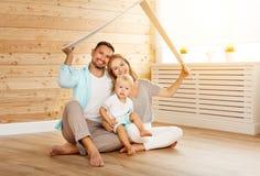 Concetto che alloggia giovane famiglia Padre e bambino della madre in nuovo noioso Fotografie Stock