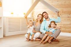 Concetto che alloggia una giovane famiglia padre e bambini della madre nella n fotografia stock libera da diritti