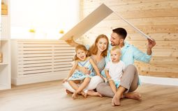 Concetto che alloggia una giovane famiglia padre e bambini della madre nella n Fotografia Stock
