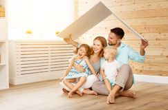 Concetto che alloggia una giovane famiglia padre e bambini della madre nella n Immagini Stock Libere da Diritti