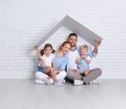 Concetto che alloggia una giovane famiglia padre e bambini della madre nella n Immagini Stock