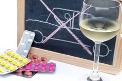 Concetto circa l'azionamento nell'ambito dell'influenza delle medicine e dell'alcool immagini stock libere da diritti