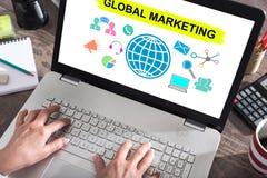Concetto commercializzante globale su uno schermo del computer portatile fotografia stock