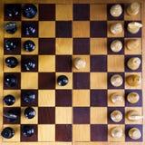 Concetto con i pezzi degli scacchi su una scacchiera di legno Fotografia Stock