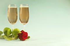 Concetto con la rosa, con cuore concernente i vetri di champagne Fotografie Stock Libere da Diritti