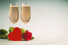 Concetto con la rosa, con cuore concernente i vetri di champagne Fotografia Stock