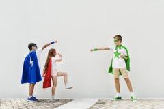 Concetto coraggioso di immaginazione della ragazza del ragazzo del supereroe Fotografie Stock Libere da Diritti