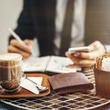 Concetto corporativo di Coffee Working Journal dell'uomo d'affari fotografie stock libere da diritti