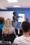 Concetto corporativo di riunione d'affari di seminario dell'altoparlante della donna di colore Fotografie Stock