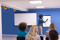 Concetto corporativo di riunione d'affari di seminario dell'altoparlante della donna di colore Immagini Stock