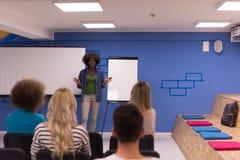 Concetto corporativo di riunione d'affari di seminario dell'altoparlante della donna di colore Fotografia Stock Libera da Diritti