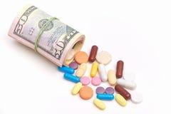 Concetto costoso della medicina Molte pillole si trovano sulla superficie di bianco vicino ai dollari acciambellati Non c' è medi Fotografie Stock Libere da Diritti