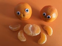 Concetto creativo della frutta, arance osservate googly fotografie stock