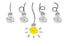 Concetto creativo La lampadina della luce gialla eccezionale sulla lampadina sgualcisce fotografie stock libere da diritti