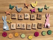 Concetto creativo: le parole Pasqua felice nelle lettere di legno di alfabeto 3d fotografie stock