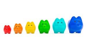 Concetto crescente di investimento. Porcellini salvadanaio di colore nella fila Fotografia Stock Libera da Diritti
