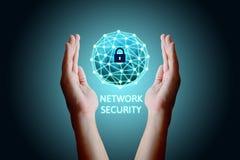 Concetto cyber della rete di sicurezza, giovane uomo asiatico che tiene n globale Immagine Stock Libera da Diritti