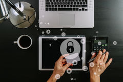 Concetto cyber di obbligazione Vista superiore delle mani che funzionano con il calcolatore fotografie stock
