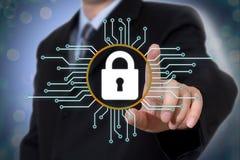 Concetto cyber di sicurezza sullo schermo virtuale fotografia stock libera da diritti