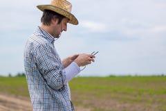 Concetto d'agricoltura astuto, agricoltore che utilizza fuco nel campo Fotografia Stock Libera da Diritti