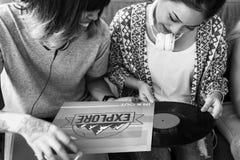 Concetto d'ascolto del disco dell'annata di musica degli amici Immagini Stock