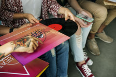 Concetto d'ascolto del disco dell'annata di musica degli amici Fotografia Stock