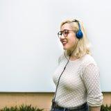 Concetto d'ascolto della cuffia di musica della donna asiatica Immagine Stock