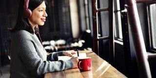 Concetto d'ascolto di musica della caffetteria di hobby della donna Fotografia Stock