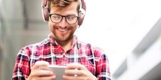 Concetto d'ascolto di musica della cuffia del giovane Immagine Stock