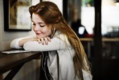 Concetto d'ascolto di tecnologia del caffè di rilassamento della cultura della gioventù Fotografia Stock