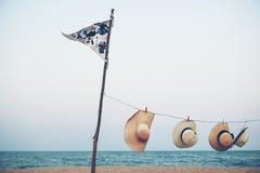 Concetto d'attaccatura di estate di paesaggio della spiaggia del cappello della bandiera Immagine Stock Libera da Diritti