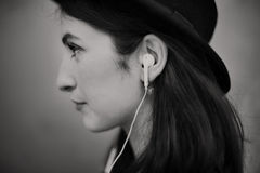 Concetto d'avanguardia d'ascolto di musica della bella donna Fotografie Stock