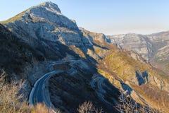 Concetto d'esplorazione di viaggio - strada curvy nelle alte alpi albanesi Fotografie Stock