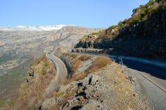 Concetto d'esplorazione di viaggio - strada curvy nelle alte alpi albanesi Immagini Stock