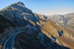 Concetto d'esplorazione di viaggio - strada curvy nelle alte alpi albanesi Immagini Stock Libere da Diritti