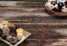 Concetto decorativo di feste di Natale sopra fondo di legno d'annata, spazio della copia Fotografie Stock