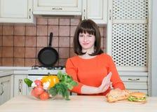 Concetto degli alimenti industriali e sano - donna con il rifiuto delle verdure fotografia stock