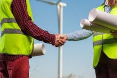 Concetto degli ingegneri e dei mulini a vento fotografie stock libere da diritti