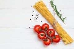 Concetto degli ingredienti degli spaghetti su fondo bianco, vista superiore immagini stock libere da diritti