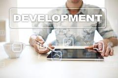 Concetto degli strumenti di sviluppo Web sullo schermo virtuale Linguaggio di programmazione e scritti PHP, SQL, HTML, Java ed al immagine stock