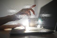 Concetto degli strumenti di sviluppo Web sullo schermo virtuale Linguaggio di programmazione e scritti PHP, SQL, HTML, Java ed al immagine stock libera da diritti