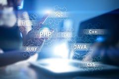 Concetto degli strumenti di sviluppo Web sullo schermo virtuale Linguaggio di programmazione e scritti PHP, SQL, HTML, Java ed al royalty illustrazione gratis