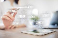 Concetto degli strumenti di sviluppo Web sullo schermo virtuale Linguaggio di programmazione e scritti PHP, SQL, HTML, Java ed al immagini stock