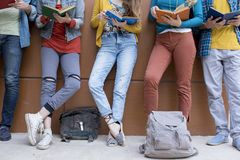 Concetto degli studenti di amicizia degli amici degli adolescenti Fotografie Stock Libere da Diritti