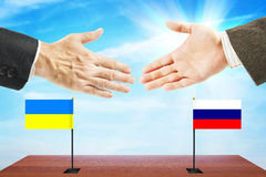 Concetto dei colloqui amichevoli fra la Russia e l'Ucraina Fotografia Stock