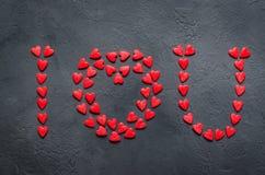 Concetto dei cuori di Valentine Day sui precedenti di pietra scuri immagine stock libera da diritti