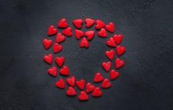 Concetto dei cuori di Valentine Day sui precedenti di pietra scuri fotografia stock