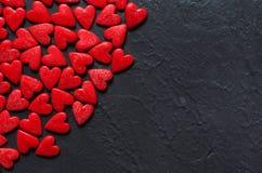 Concetto dei cuori di Valentine Day sui precedenti di pietra scuri immagini stock