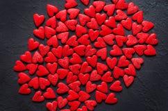 Concetto dei cuori di Valentine Day sui precedenti di pietra scuri fotografie stock libere da diritti